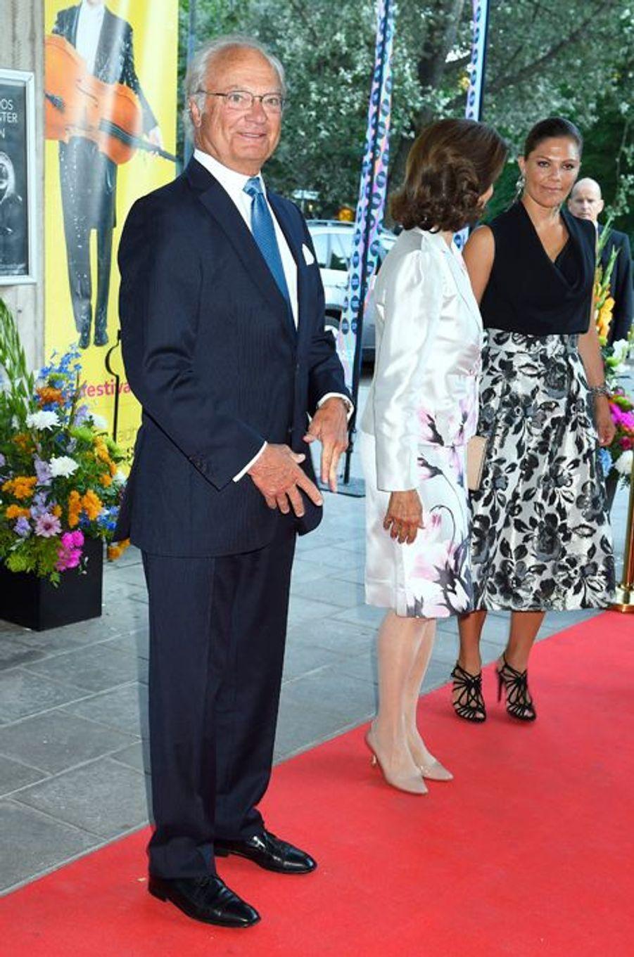 Le roi Carl XVI Gustaf de Suède, la reine Silvia et la princesse Victoria à Stockholm, le 21 août 2015