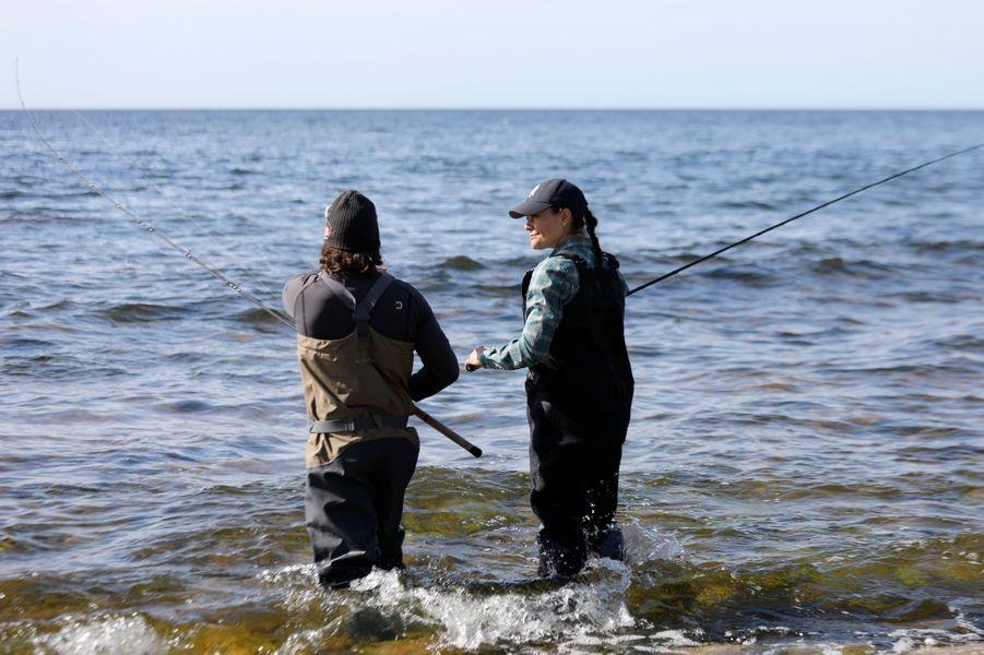 La princesse Victoria de Suède pêche en mer lors de sa randonnée dans le Gotland, le 4 mai 2018
