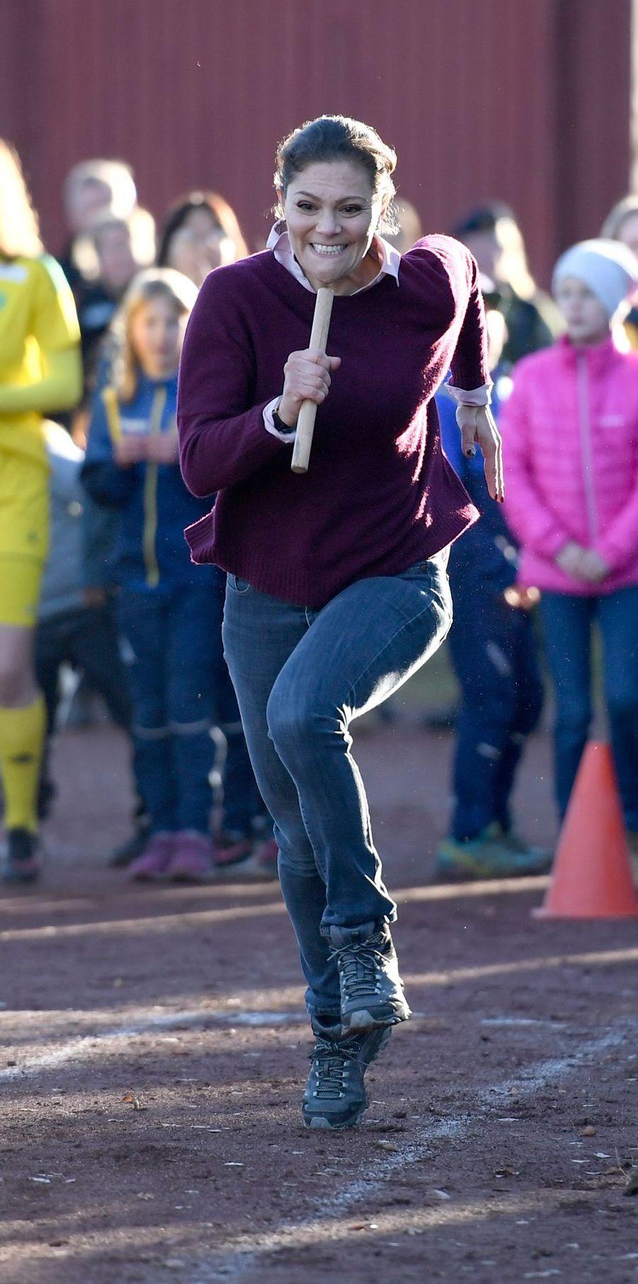 La princesse Victoria de Suède pratique la course de relais lors de sa randonnée dans le Hälsingland, le 22 octobre 2018
