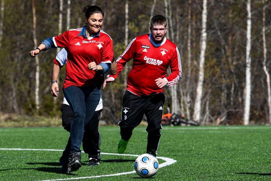 La princesse Victoria de Suède joue au foot lors de sa randonnée dans le Jämtland, le 17 mai 2019