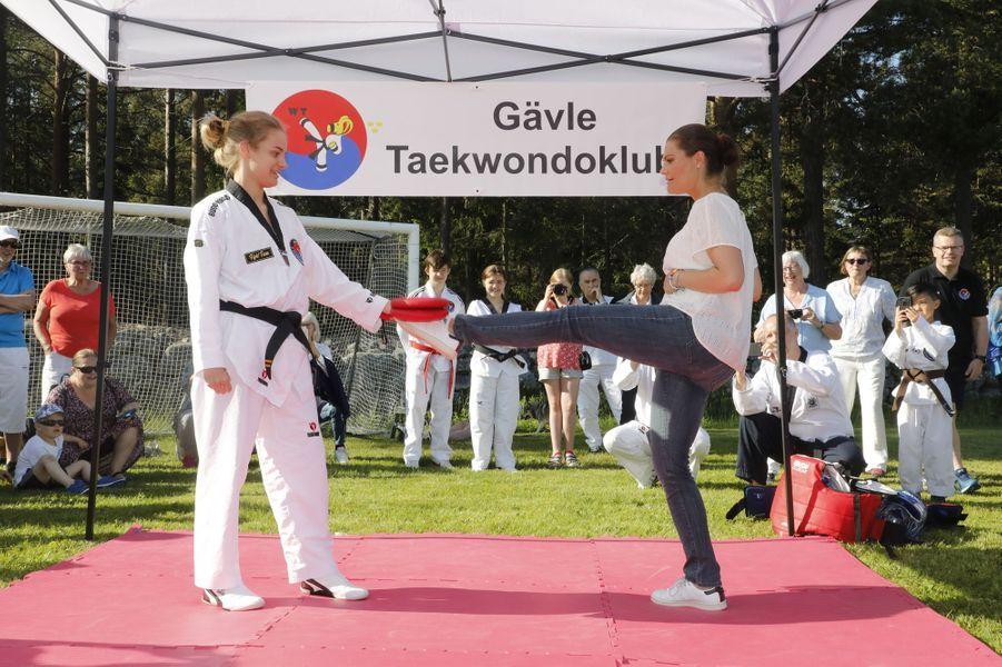 La princesse Victoria de Suède s'adonne au taekwondo lors de sa randonnée dans le Gästrikland, le 7 juin 2019