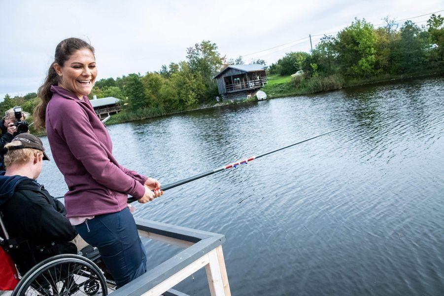 La princesse Victoria de Suède pêche lors de sa randonnée dans le Uppland, le 12 septembre 2018