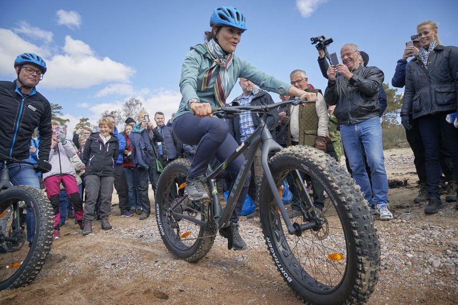 La princesse Victoria de Suède sur un fat bike lors de sa randonnée dans le Halland, le 12 avril 2019