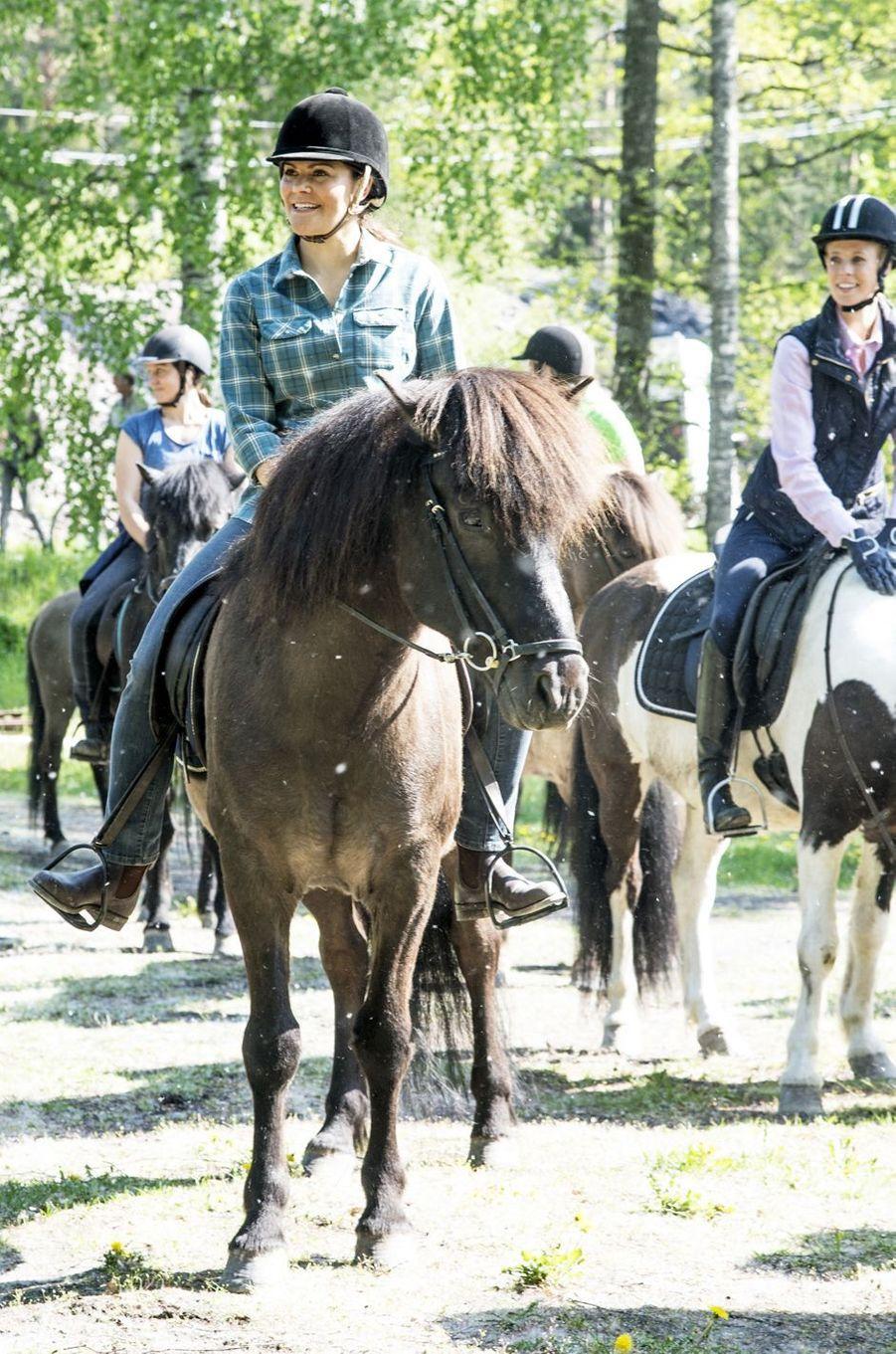 La princesse Victoria de Suède à cheval lors de sa randonnée dans le Södermanland, le 22 mai 2019