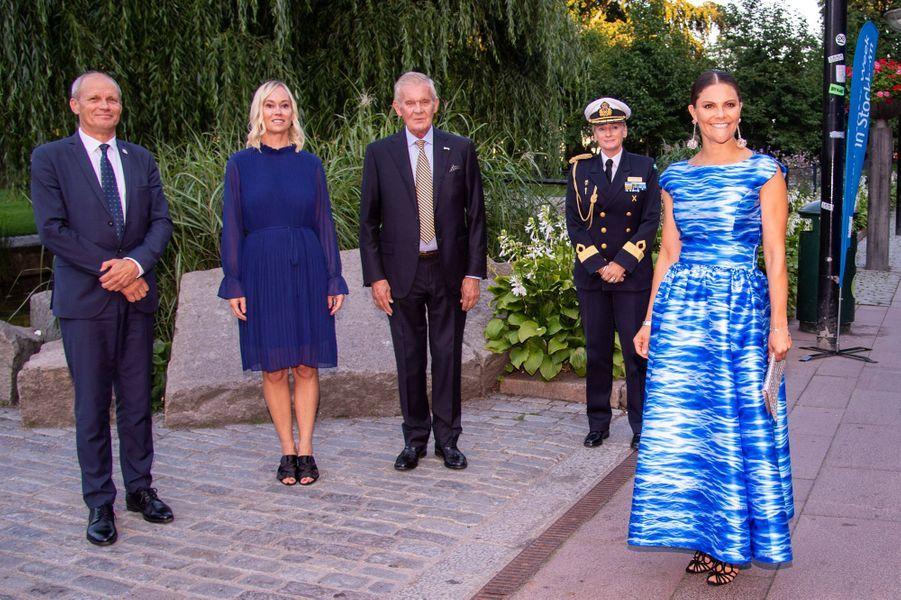 """La princesse Victoria de Suède dans une robe """"hommage à la mer"""" à Stockholm, le 27 août 2019"""