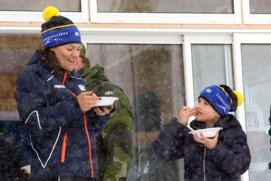 La princesse Victoria de Suède avec sa fille la princesse Estelle à Ostersund, le 17 mars 2019