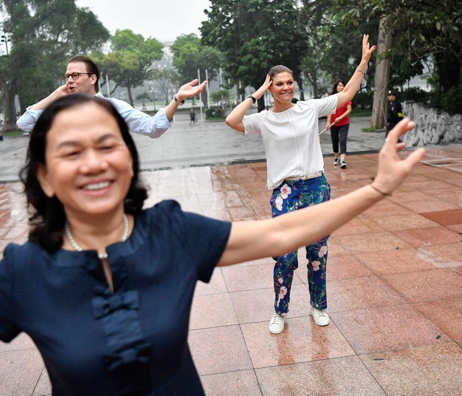 La princesse Victoria de Suède et le prince Daniel font du tai-chi-chuan au bord du lac Hoan Kiem à Hanoi, le 8 mai 2019