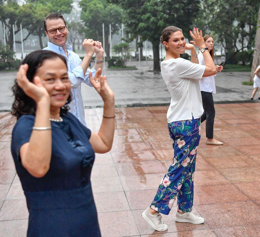 La princesse Victoria de Suède et le prince Daniel au bord du lac Hoan Kiem à Hanoi, le 8 mai 2019