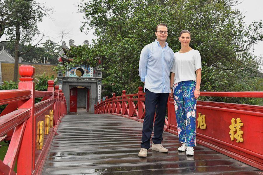 La princesse Victoria de Suède et le prince Daniel sur le pont du lac Hoan Kiem à Hanoi, le 8 mai 2019