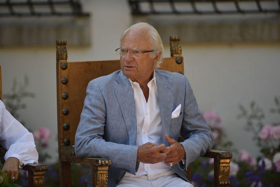 Le roi Carl XVI Gustaf de Suède, en costume traditionnel, au château de Solliden, le 5 juillet 2018