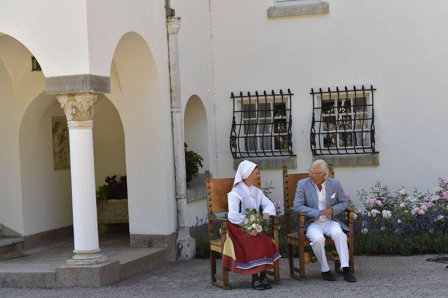La reine Silvia et le roi Carl XVI Gustaf de Suède, en costume traditionnel, au château de Solliden, le 5 juillet 2018
