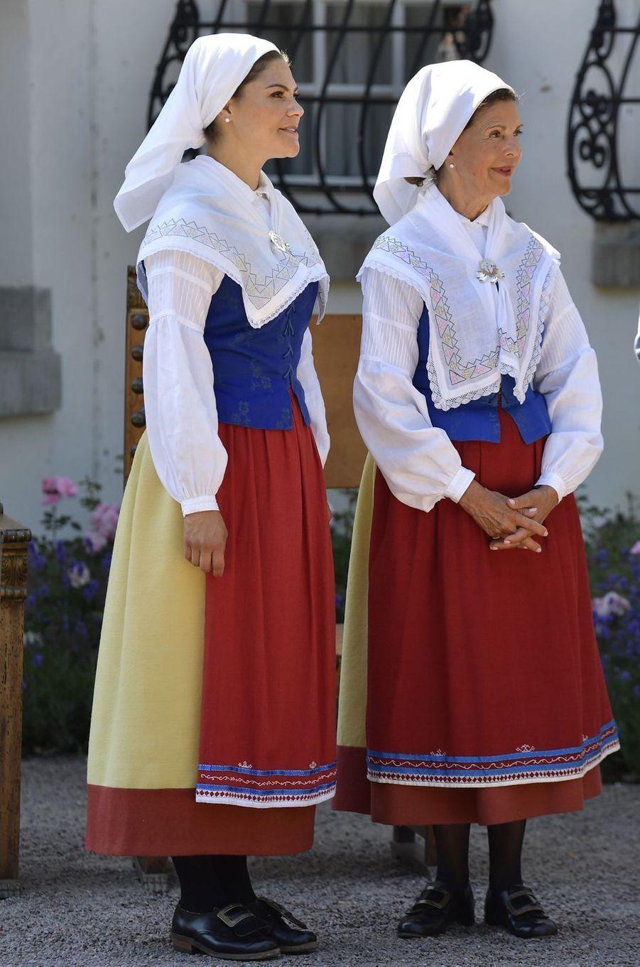 La princesse Victoria et la reine Silvia de Suède, en costume traditionnel, au château de Solliden, le 5 juillet 2018