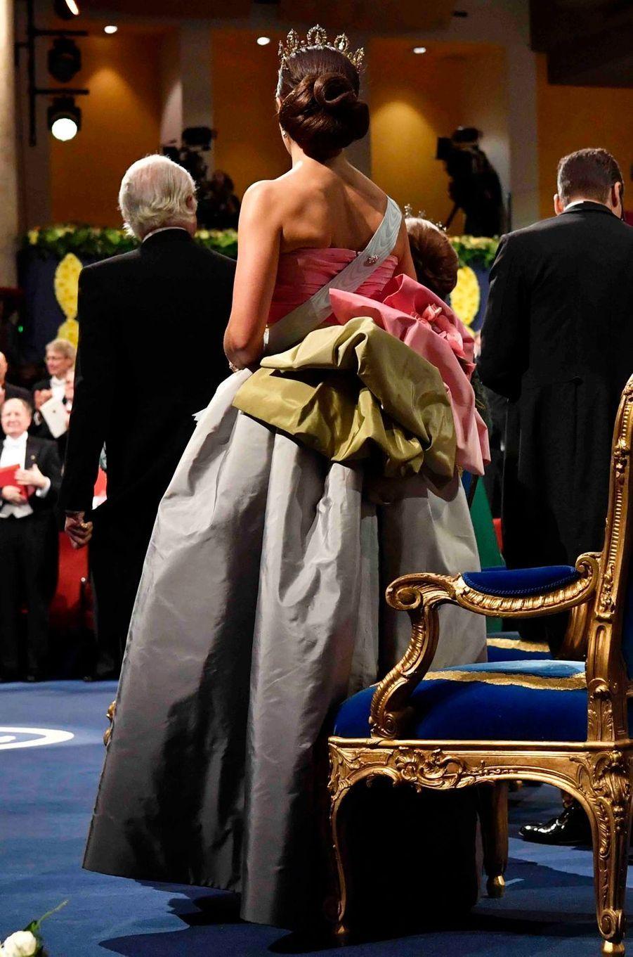 La princesse Victoria de Suède, de dos, à la cérémonie des prix Nobel à Stockholm, le 10 décembre 2018
