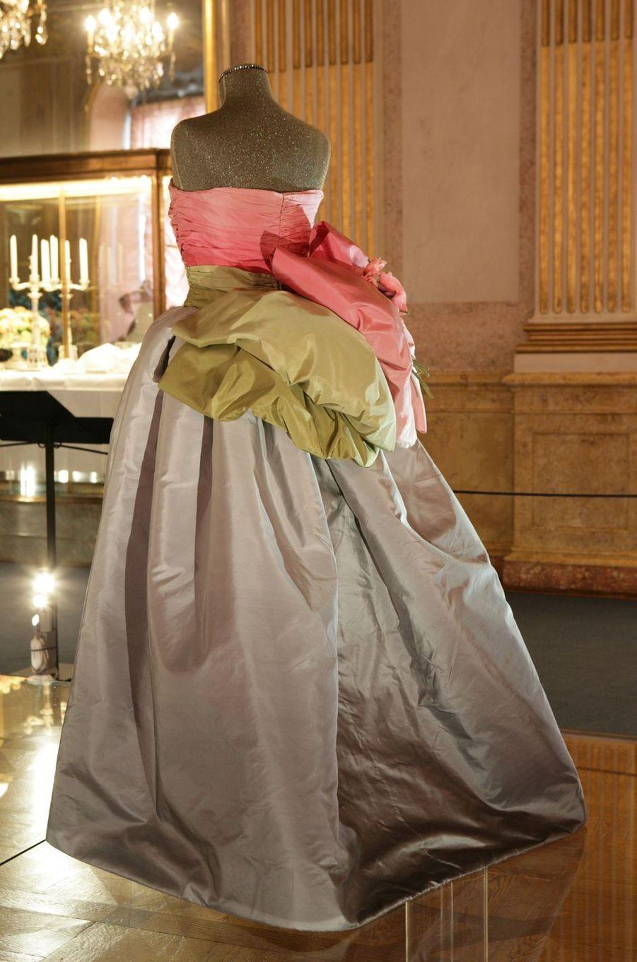 La robe Nina Ricci portée par la reine Silvia, en 1995, et la princesse Victoria de Suède, en 2018, à la cérémonie des prix Nobel à Stockholm