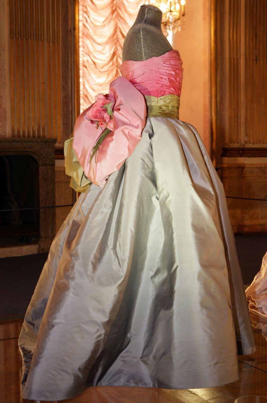 La robe portée par la reine Silvia, en 1995, et la princesse Victoria de Suède, en 2018, à la cérémonie des prix Nobel à Stockholm
