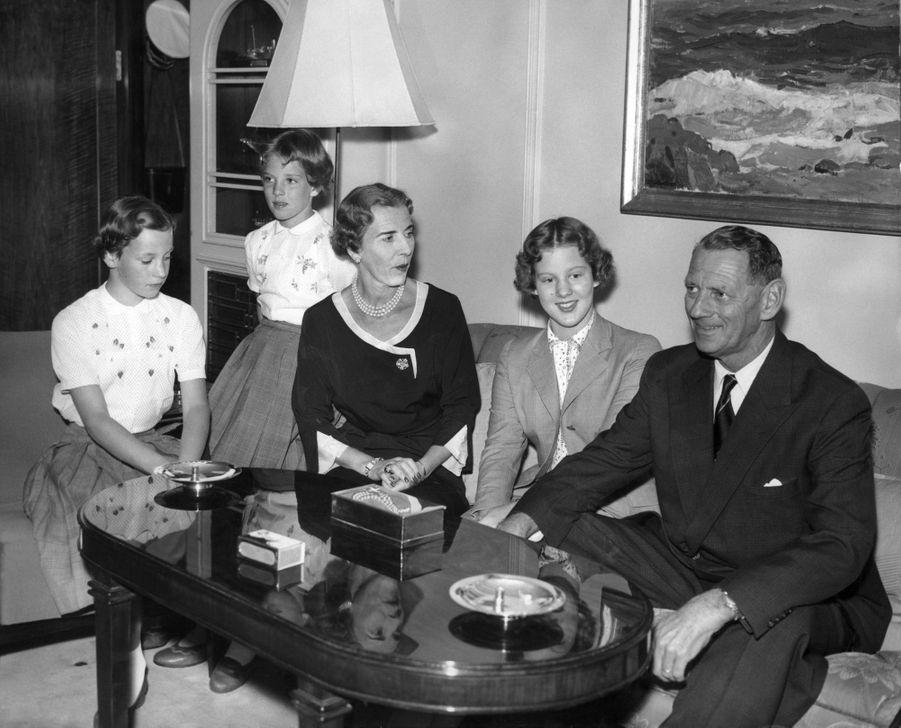 La princesse Margrethe de Danemark avec ses parents et ses soeurs, le 1er août 1956