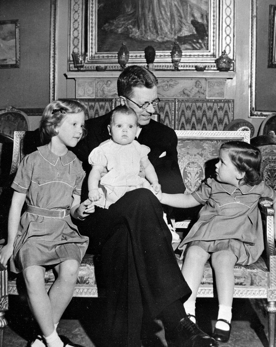 La princesse Margrethe de Danemark avec ses soeurs et leur grand-père maternel, le prince héritier Gustaf Adolf de Suède, le 21 avril 1947