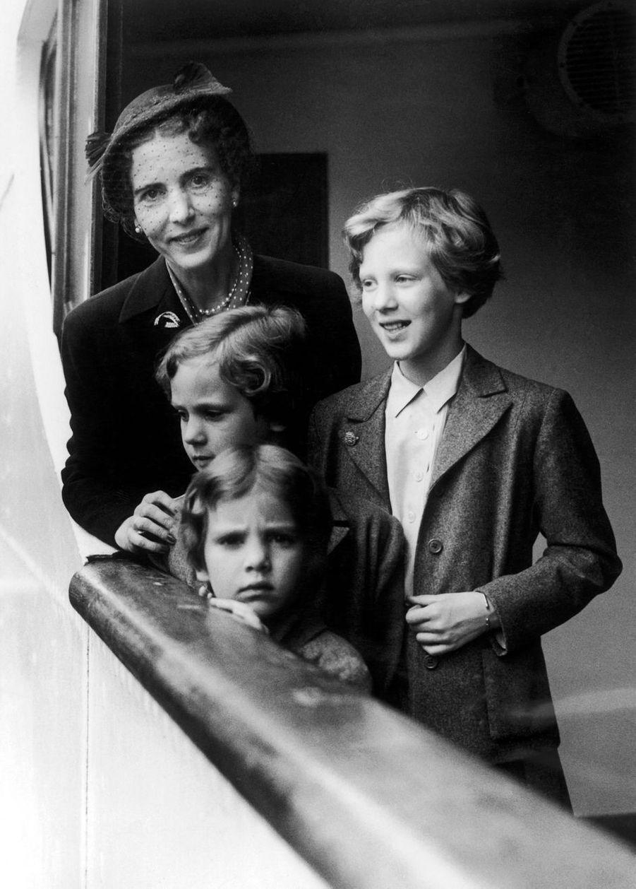 La princesse Margrethe de Danemark avec ses soeurs et leur mère la reine Ingrid, le 20 juin 1952