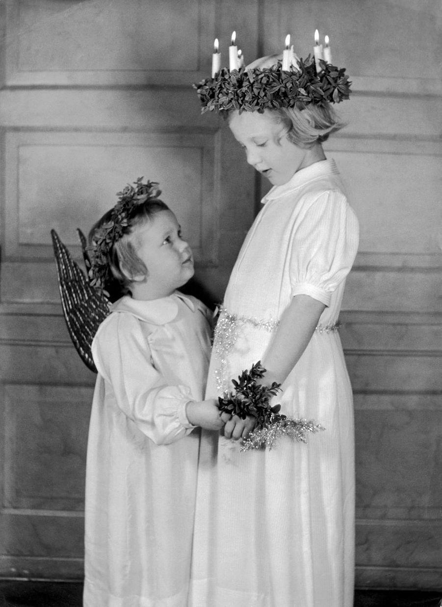 La princesse Margrethe de Danemark avec la princesse Benedikte, le 28 décembre 1946