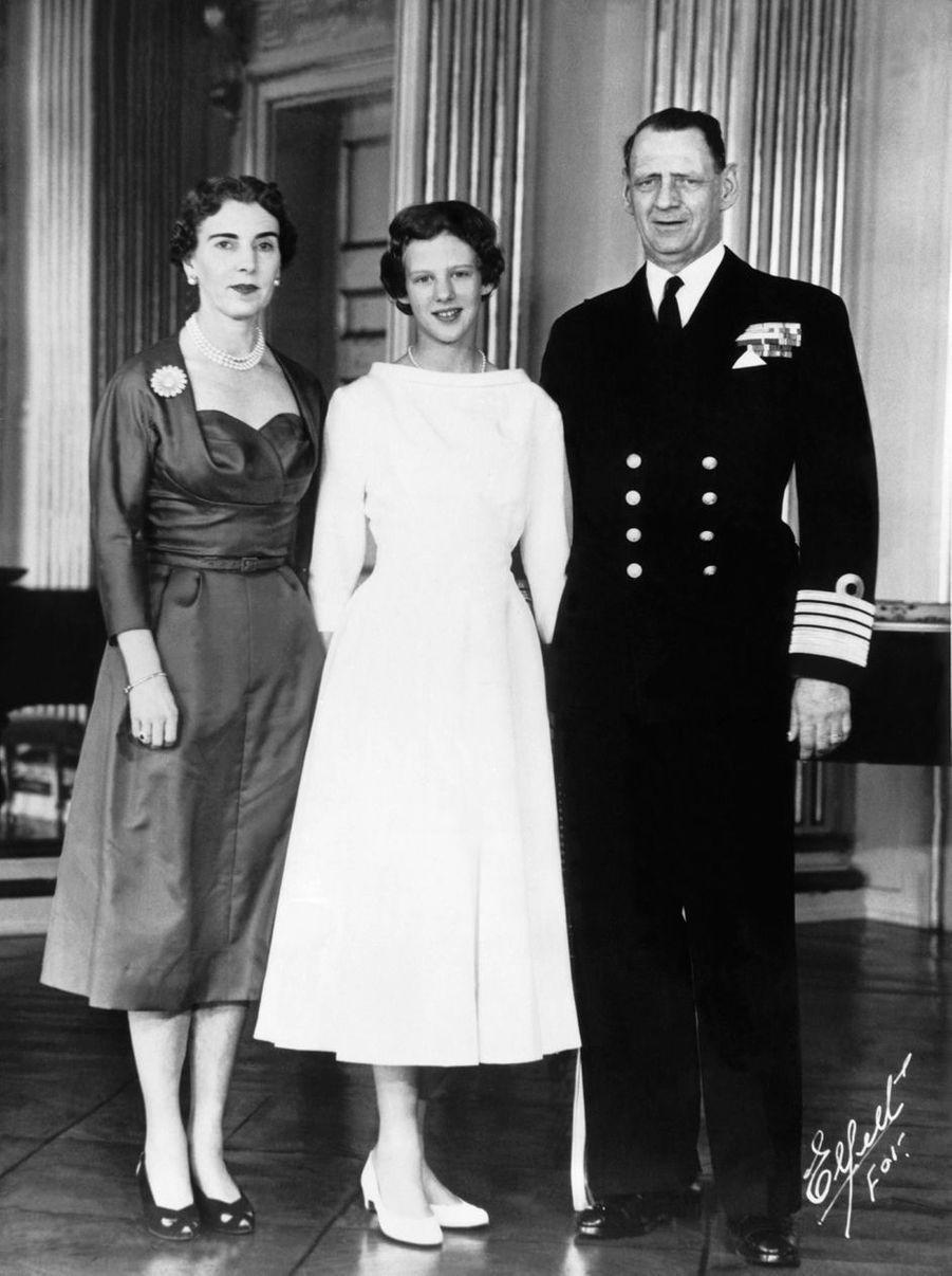 La princesse Margrethe de Danemark avec ses parents le jour de sa confirmation, le 1er avril 1955