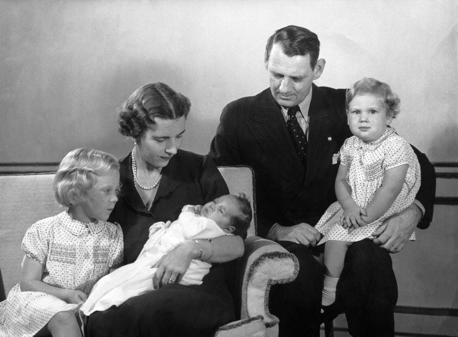 La princesse Margrethe de Danemark avec ses soeurs et ses parents, en 1946