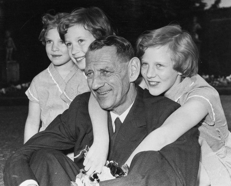 La princesse Margrethe de Danemark avec ses soeurs et leur père le roi Frederik IX, le 8 juin 1953