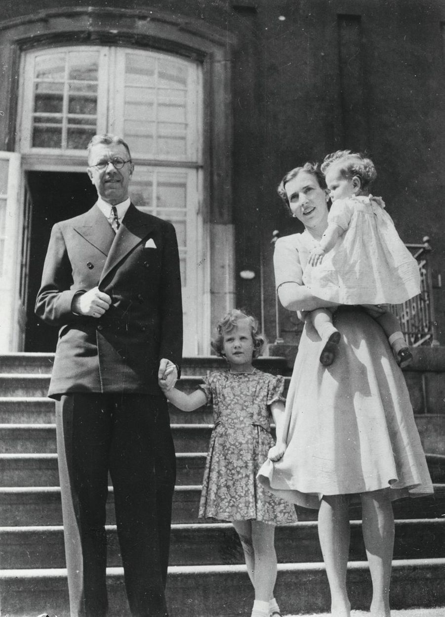 La princesse Margrethe de Danemark avec la princesse Benedikte, leur mère le princesse Ingrid et leur grand-père maternel, le prince héritier Gustaf Adolf de Suède, le 18 mai 1945
