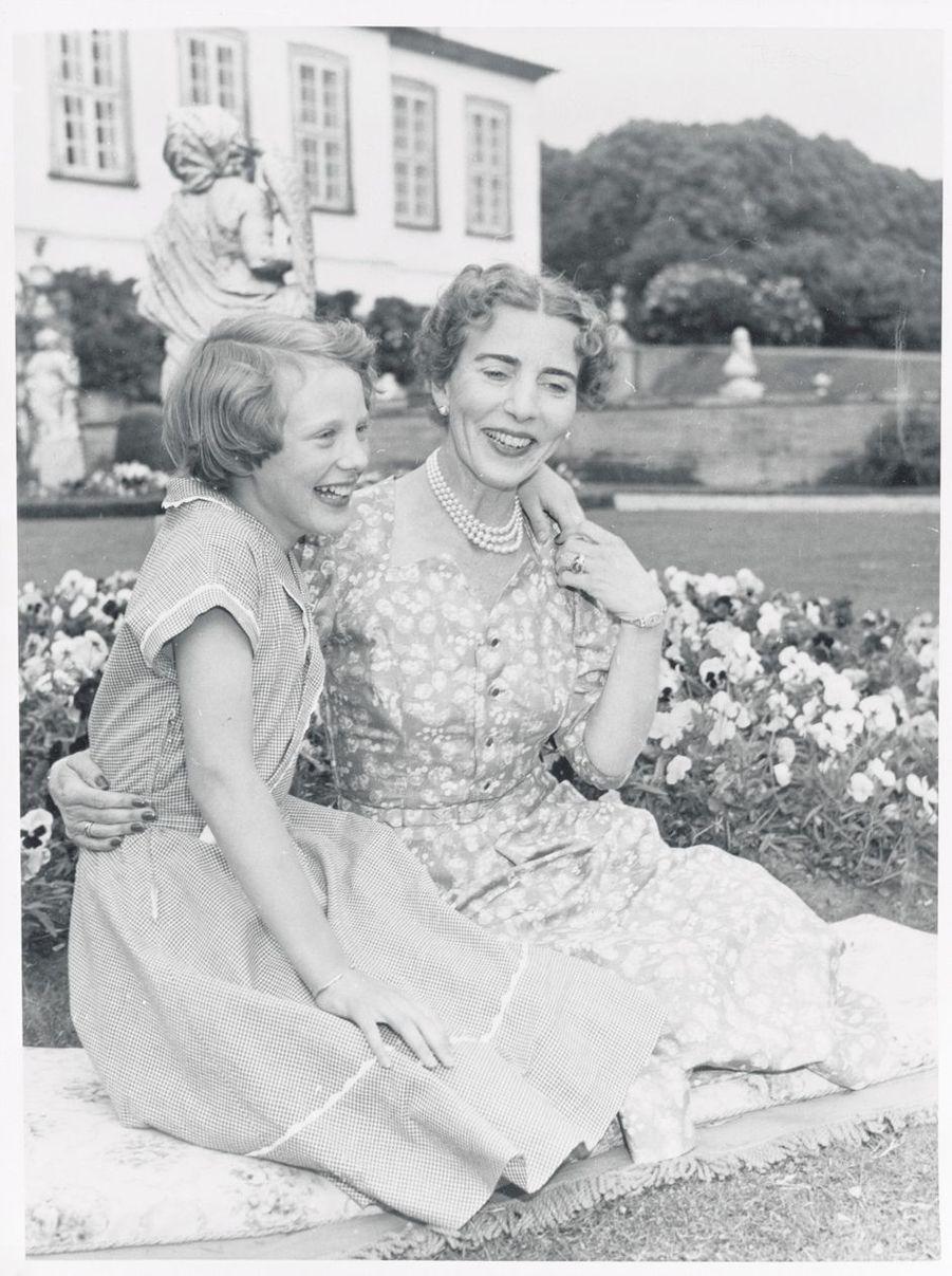 La princesse Margrethe de Danemark avec sa mère la reine Ingrid, le 8 juin 1954