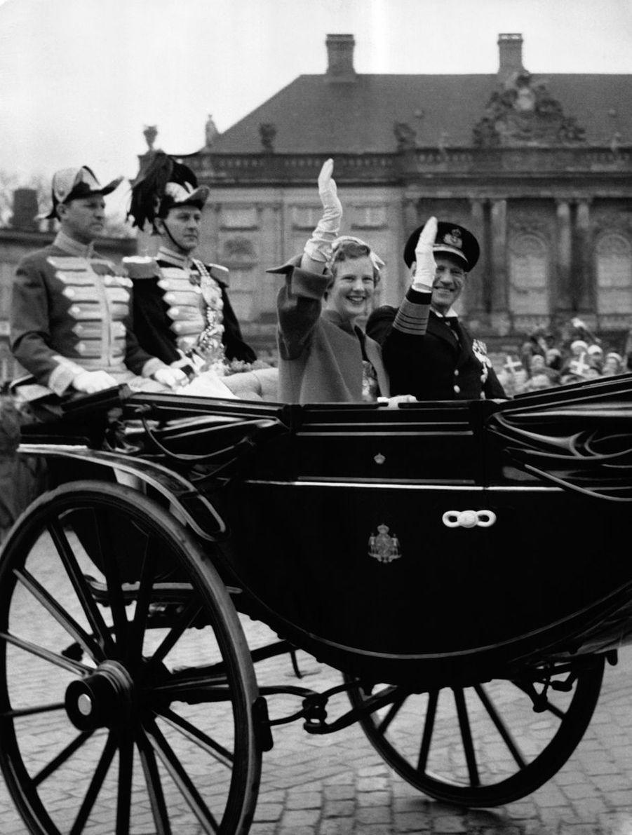 La princesse Margrethe de Danemark avec son père le roi Frederik IX, le jour de ses 18 ans, le 16 avril 1958