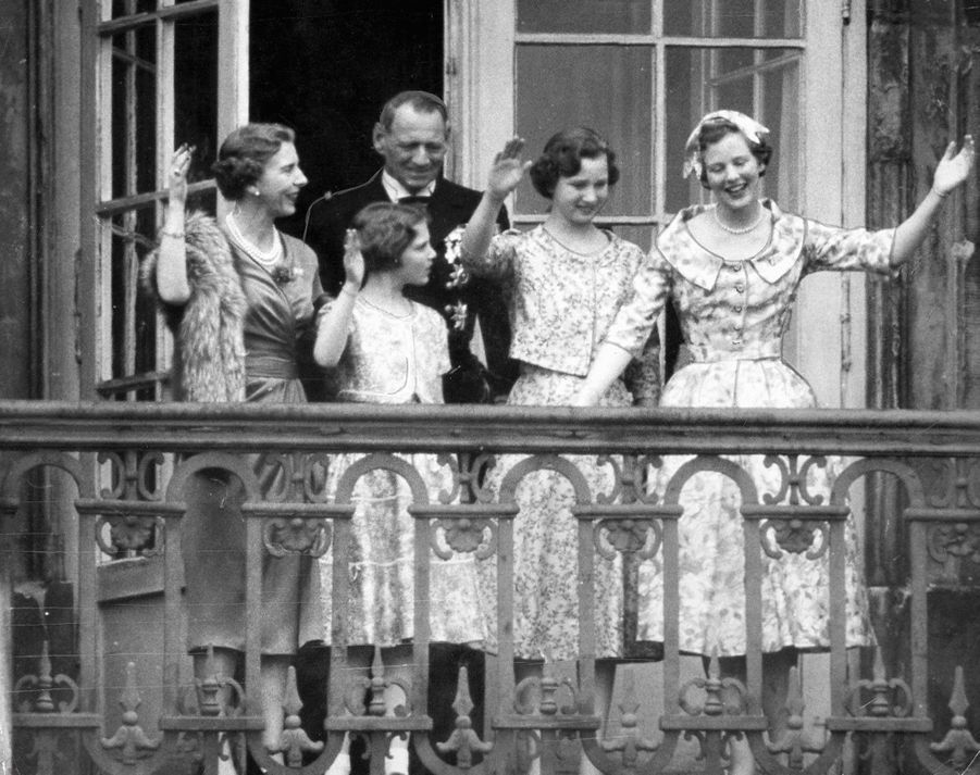 La princesse Margrethe de Danemark avec ses parents et ses soeurs, le jour de ses 18 ans, le 16 avril 1958