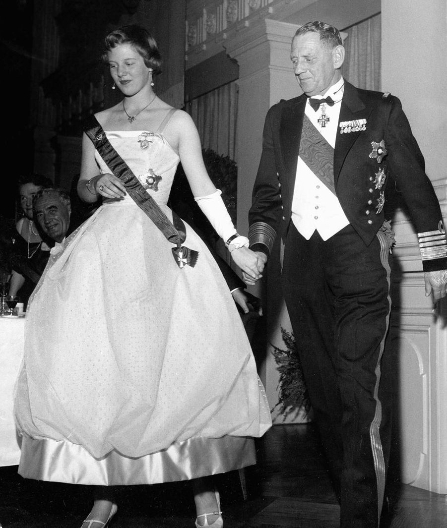 La princesse Margrethe de Danemark avec son père le roi Frederik IX, en 1958