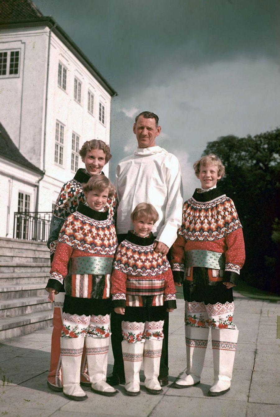 La princesse Margrethe de Danemark avec ses parents et ses soeurs, en 1952