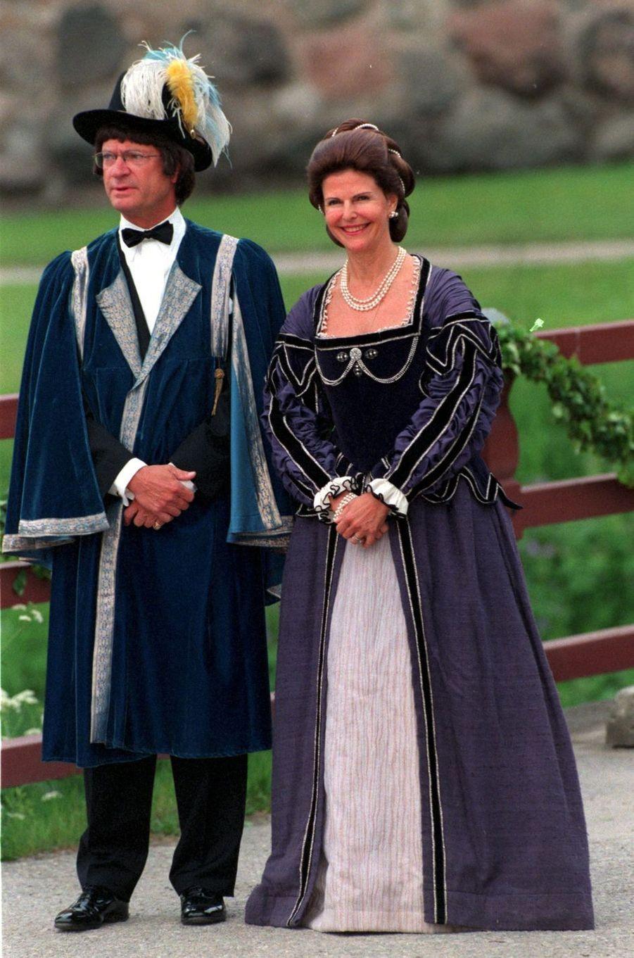 La reine Silvia de Suède avec le roi Carl XVI Gustaf, pour leurs 25 ans de mariage, le 18 juin 2001