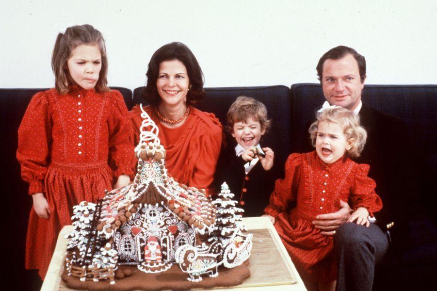 La reine Silvia de Suède avec le roi Carl XVI Gustaf et leurs trois enfants, en décembre 1984