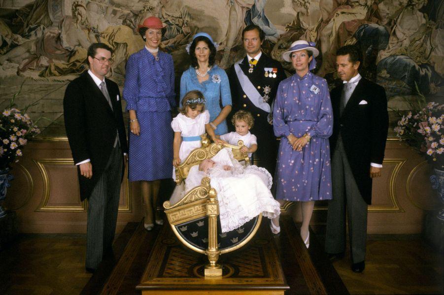 La reine Silvia de Suède avec le roi Carl XVI Gustaf et leurs trois enfants, lors du baptême de la princesse Madeleine, le 31 août 1982