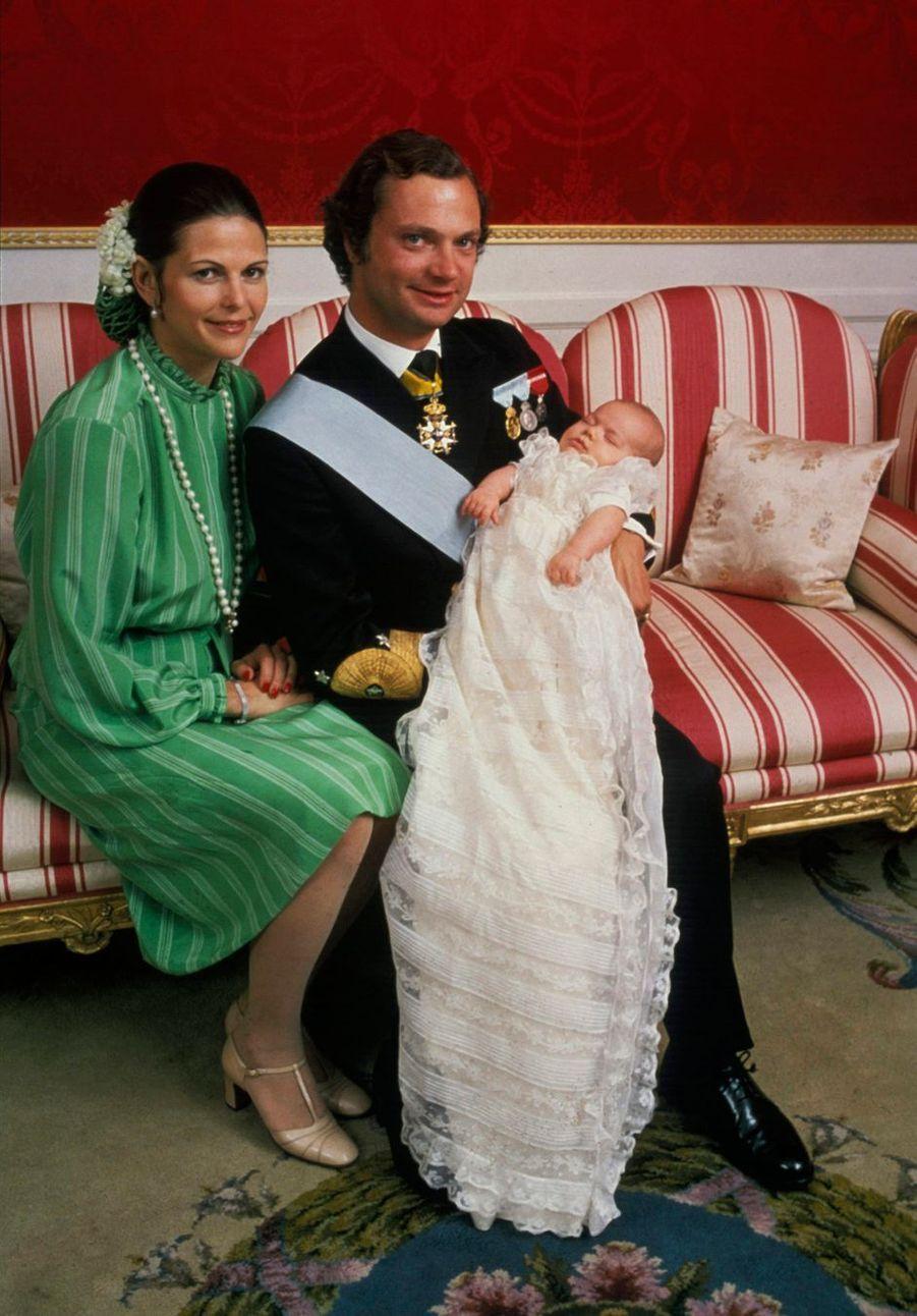 La reine Silvia de Suède avec le roi Carl XVI Gustaf et la princesse Victoria, le jour de son baptême, le 27 septembre 1977
