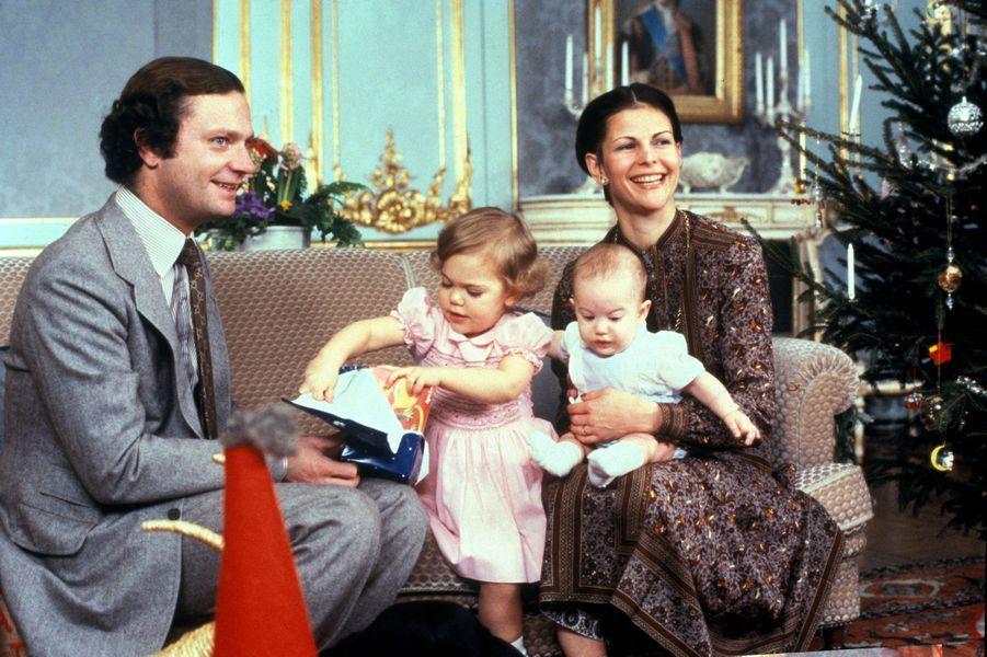La reine Silvia de Suède avec le roi Carl XVI Gustaf, la princesse Victoria et le prince Carl Philip, en décembre 1979