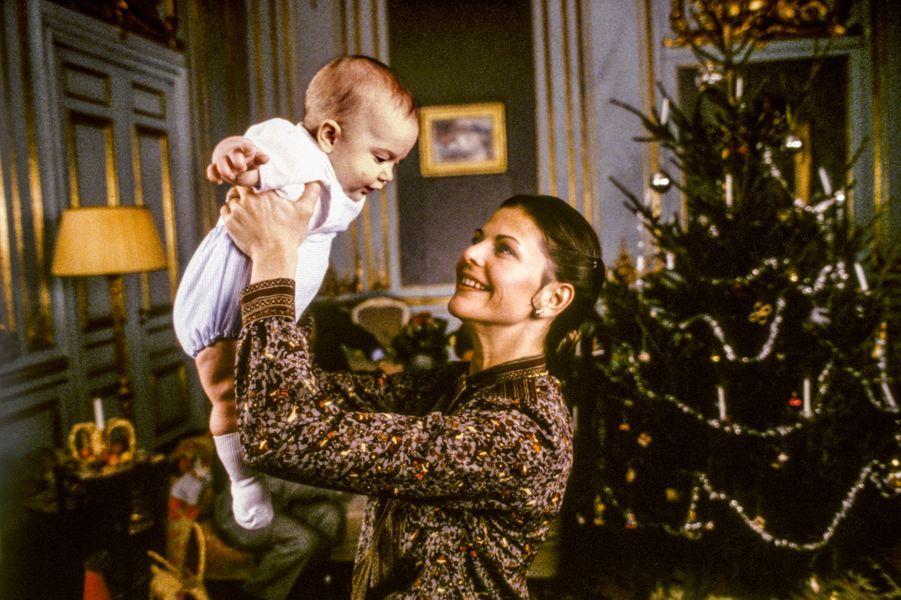 La reine Silvia de Suède avec le prince Carl Philip, en décembre 1979