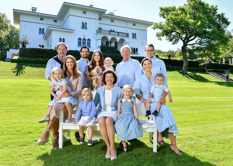 La reine Silvia de Suède et le roi Carl XVI Gustaf avec leurs enfants et leurs conjoints, et leurs petits-enfants, en juillet 2017