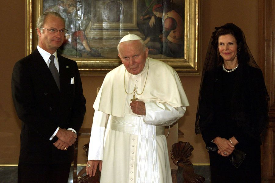 La reine Silvia de Suède avec le roi Carl XVI Gustaf et le pape Jean-Paul II, le 13 novembre 1999
