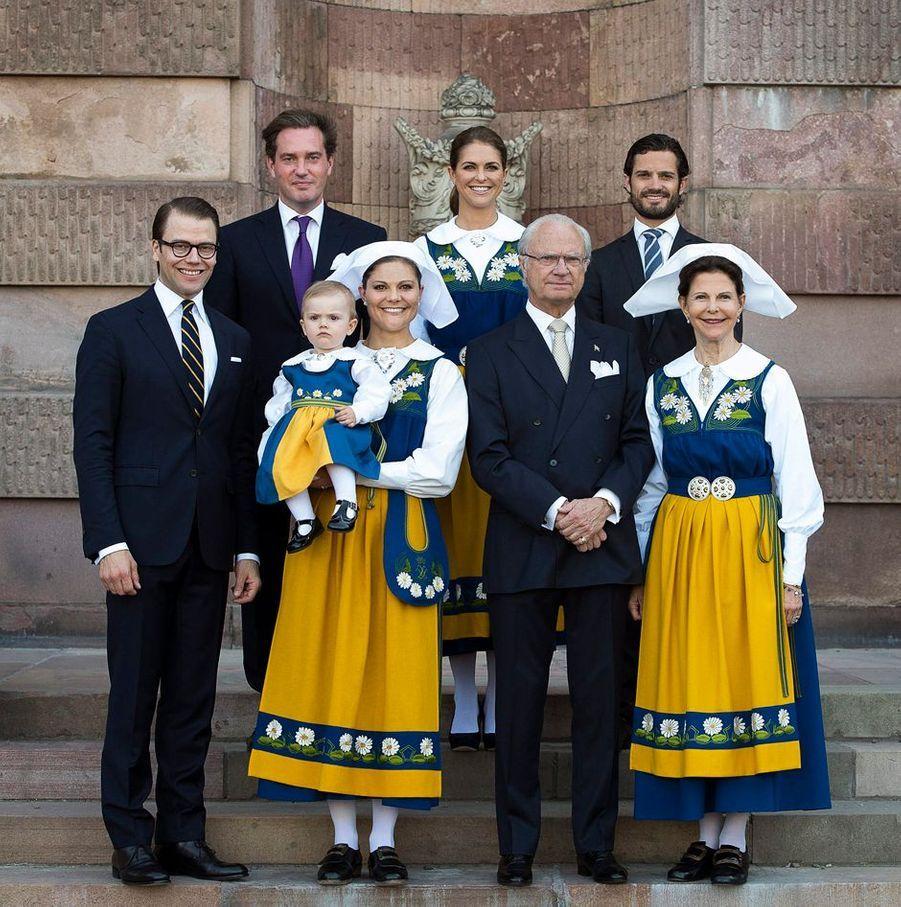 La reine Silvia de Suède avec le roi Carl XVI Gustaf, leurs trois enfants, leurs deux gendres et la princesse Estelle, le 6 juin 2013