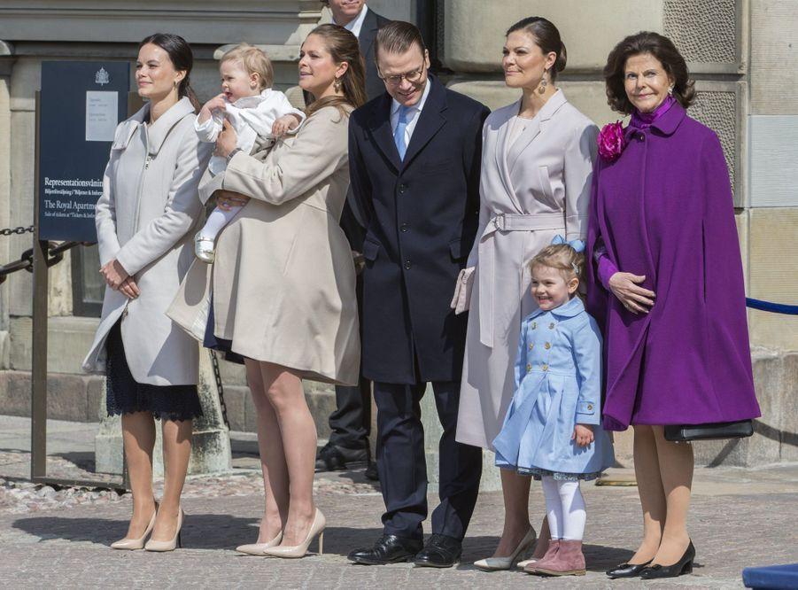 La reine Silvia de Suède avec les princesses Estelle, Victoria, Madeleine, Leonore et Sofia, et le prince Daniel, le 30 avril 2015