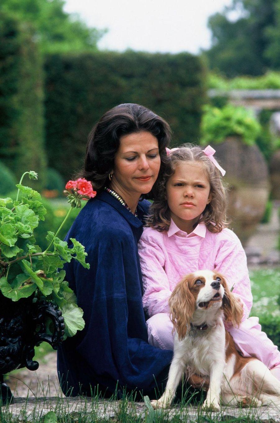 La reine Silvia de Suède avec la princesse Victoria, en juillet 1985