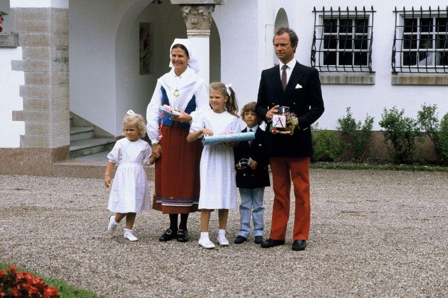 La reine Silvia de Suède avec le roi Carl XVI Gustaf et leurs trois enfants, le 14 juillet 1986