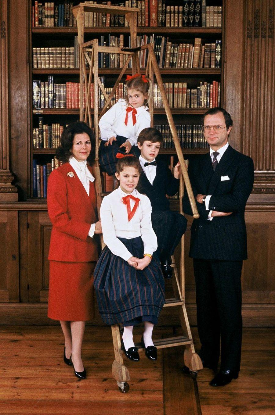 La reine Silvia de Suède avec le roi Carl XVI Gustaf et leurs trois enfants, le 6 juin 1988