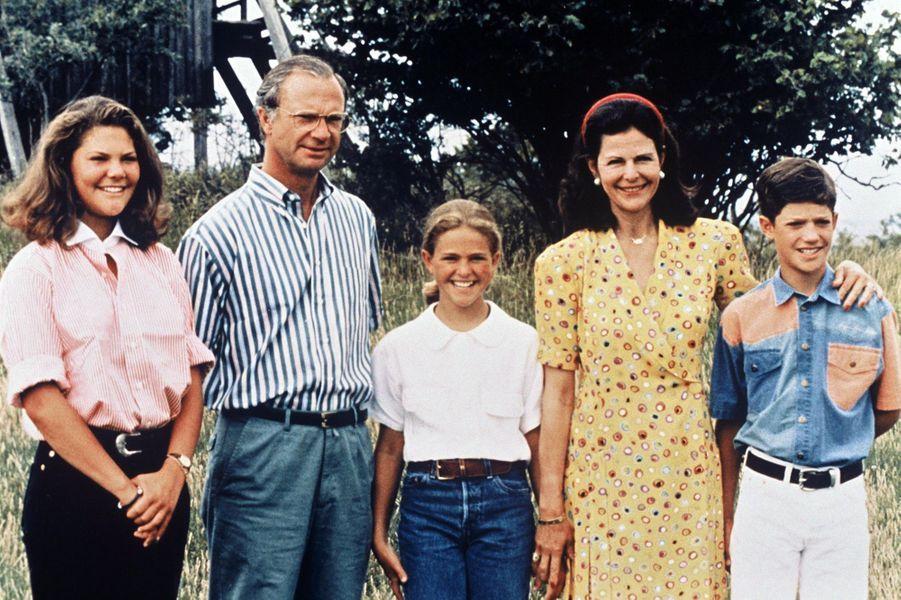 La reine Silvia de Suède avec le roi Carl XVI Gustaf et leurs trois enfants, le 19 juillet 1993