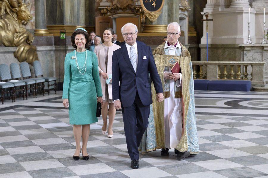 Le roi Carl XVI Gustaf, la reine Silvia et la princesse Victoria dans la chapelle royale à Stockholm, le 18 juin 2015
