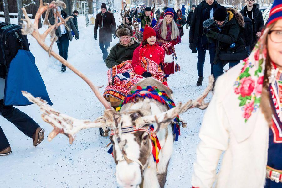 La reine Silvia et le roi Carl XVI Gustaf de Suède dans un traîneau tiré par un renne à Jokkmokk, le 6 février 2020