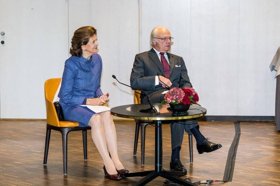 La reine Silvia et le roi Carl XVI Gustaf de Suède dans le comté de Stockholm, le 12 octobre 2020