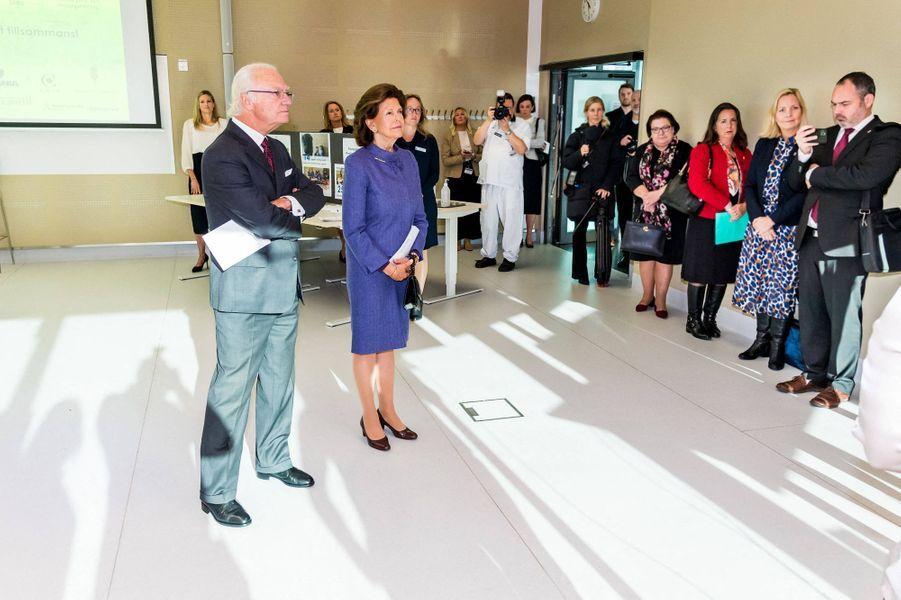 Le roi Carl XVI Gustaf et la reine Silvia de Suède en visite dans le comté de Stockholm, le 12 octobre 2020
